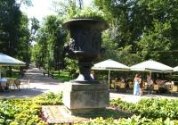 кована ваза, що розміщена при вході до парку