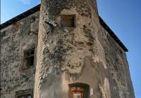 Права вежа-бастіон замку. Бійниці. Вікна - більш пізнього періоду.