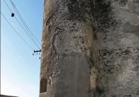 Ліва башта-бастіон замку. Якщо придивитися, в місці, де вежа примикає до основної стіни, видно вікна-бійниця для «прострілу» периметра стіни між вежами.