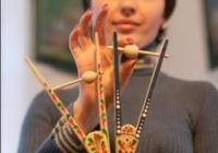 Директор музею Мар'яна Гасиджук показує розмальовані деркачі (традиційні дерев'яні іграшки)